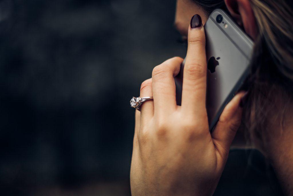 komunikacja z wirtualną asystentką