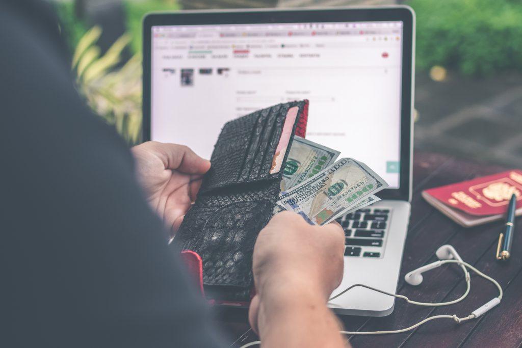 zarządzanie pieniędzmi podczas urlopu przy własnej działalności